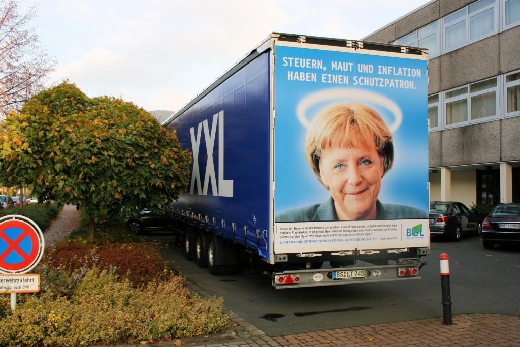 medienkampagne_merkel-plakat-auf-lkw